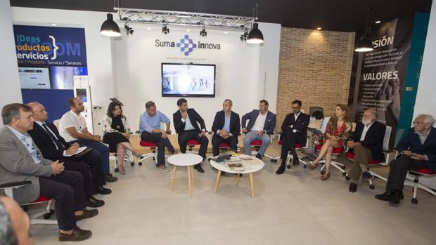 El presidente de la Diputación, César Sánchez, y el director de Suma, Manuel Bonilla, con participantes en el programa SumaInnova