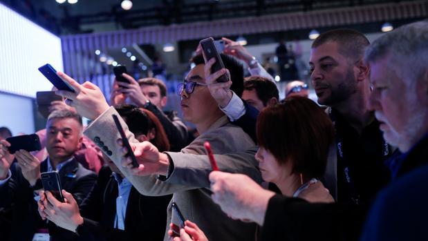 Visitantes del Mobile toma fotos con sus teléfonos móviles