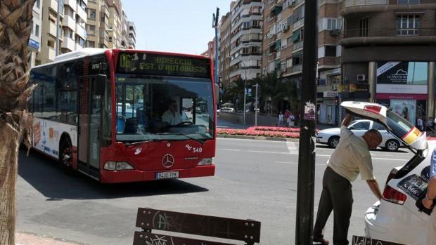 Un autobús urbano circulando por el centro de Alicante