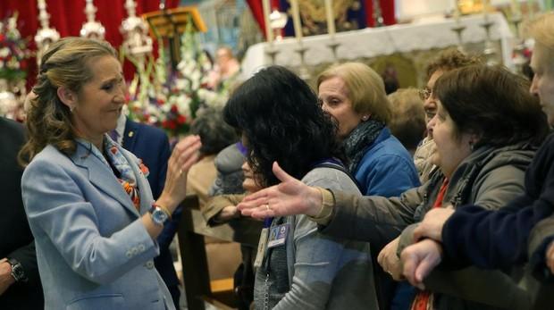 La infanta Elena saluda a los feligreses frente al Cristo de Medinaceli