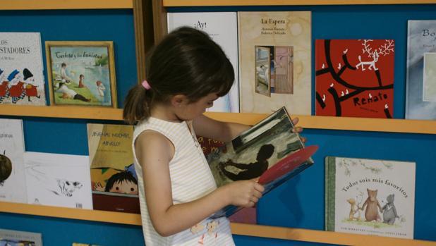 Una niña, leyendo un cuento