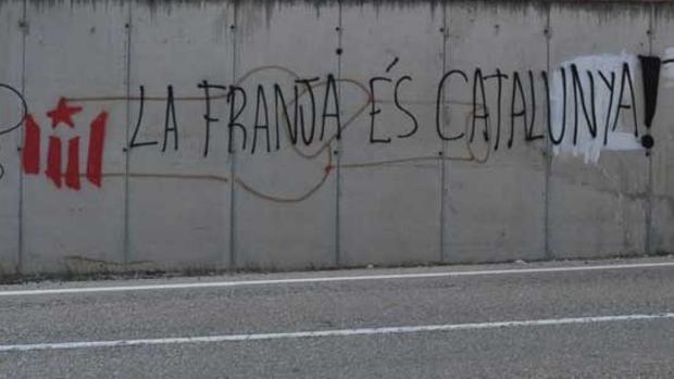 Una de las pintadas independentistas que han aparecido en Aragón, cerca de las señales de tráfico arrancadas
