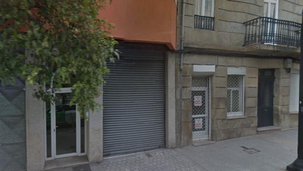 Puerta del garaje en la que quedó atrapado el indigente