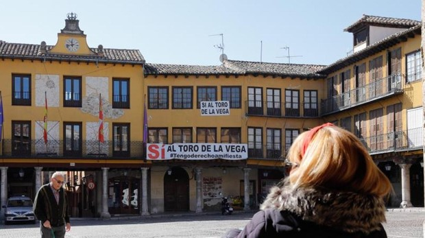 Pancarta en favor del Toro de la Vega, junto al Ayuntamiento, en la Plaza Mayor de Tordesillas
