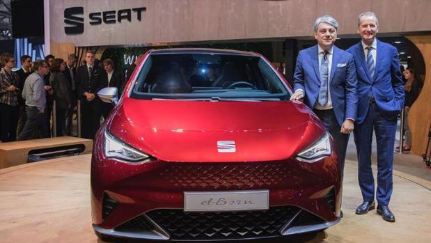 El CEO de Seat, Luca de Meoy el de VW, Herbert Deiss, con el nuevo «Born»