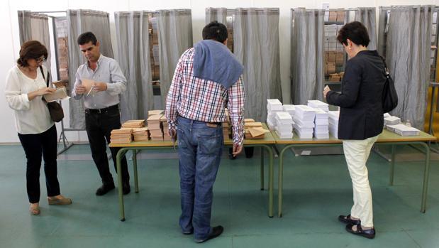 Imagen de archivo de electores en los anteriores comicios a las Cortes de 2015
