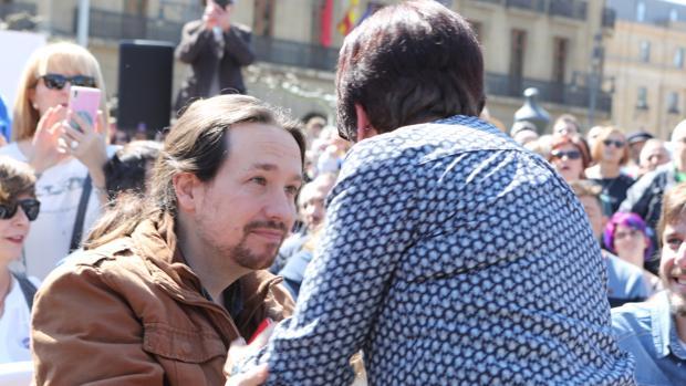 El secretario general, Pablo Iglesias, saluda a una simpatizante de la formación durante un mitin en Pamplona, hace una semana