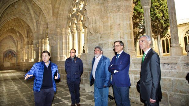 El director general de patrimonio de la Junta de Castilla y León, Enrique Saiz, durante una reciente visita a la catedral de Ciudad Rodrigo con motivo de la restauración de su claustro y del nuevo acceso de visitantes