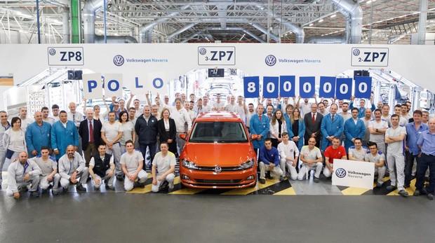 Trabajadores de las distintas áreas de Volkswagen Navarra junto al Polo 8 millones