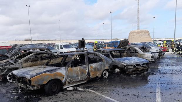 Los vehículos calcinados en el depósito de la Policía Local de Alicante