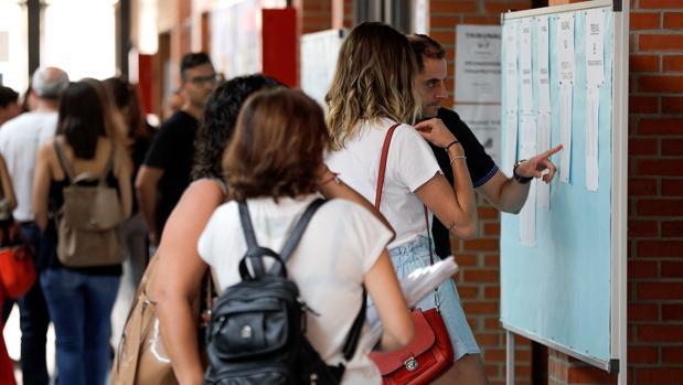 Imagen de archivo de los pasillos de la universidad antes de un examen de oposiciones a docente en la Comunidad Valenciana