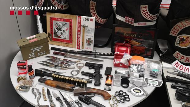 Armas que los Mossos incautaron al capítulo de los Ángeles del Infierno de Tarragona el pasado febrero