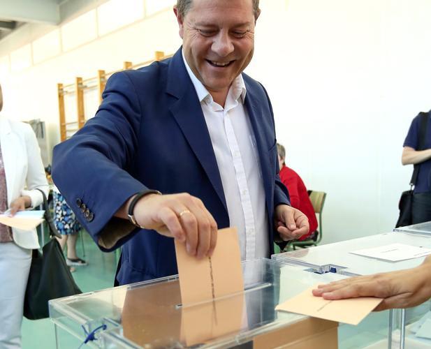 García-Page vota en el colegio toledano Ciudad de Nara