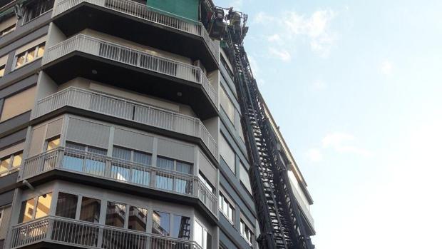 Efectivos de Bomberos del SPEIS de Alicante acceden por la escalera a la vivienda donde han encontrado el cadáver del anciano