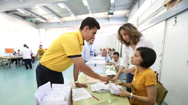 Un empleado de Correos se acerca a una mesa electoral en Toledo