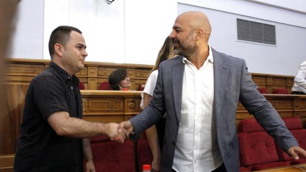 David Llorente y José García Molina se estrechan la mano en una imagen del verano de 2017