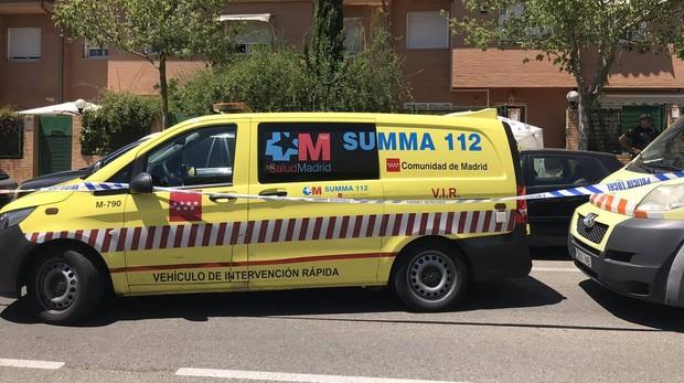 Una ambulancia del Summa 112 frente al domicilio en el que ha ocurrido el suceso
