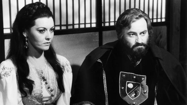 Paul Naschy junto a Beatriz Escudero, en la película «La bestia y la espada mágica»