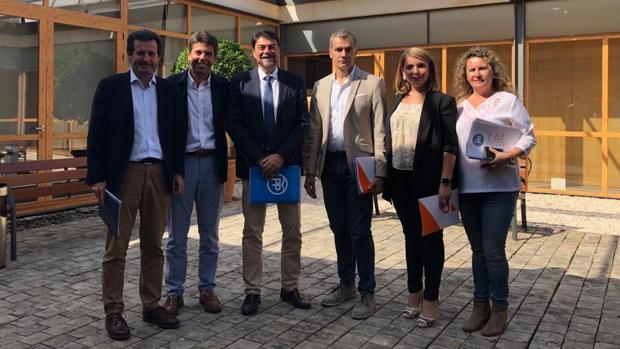 Representantes del PP y Ciudadanos reunidos este lunes para negociar un acuerdo de gobierno en el Ayuntamiento de Alicante