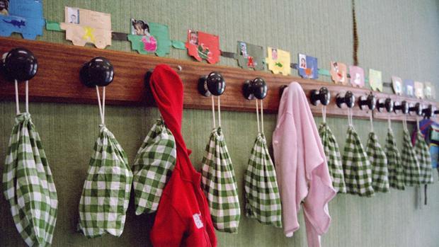 Un perchero en un aula de una escuela, en una imagen de archivo