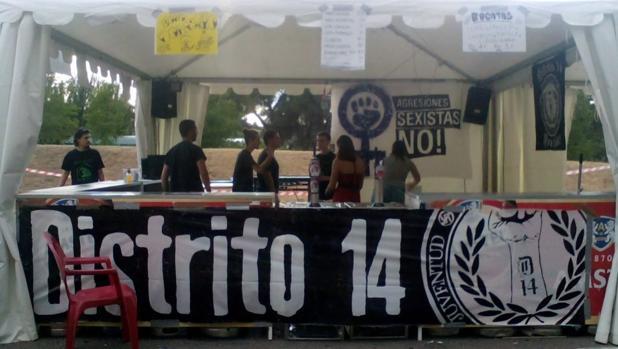 La caseta del grupo de extrema izquierda Distrito 14, durante las fiestas de 2016