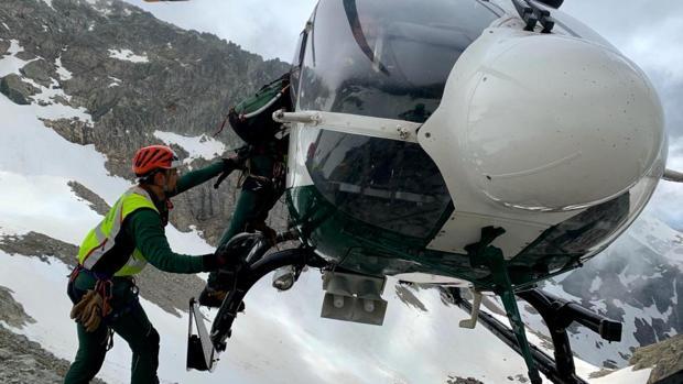 El helicóptero de la Guardia Civil, durante el operativo de rescate