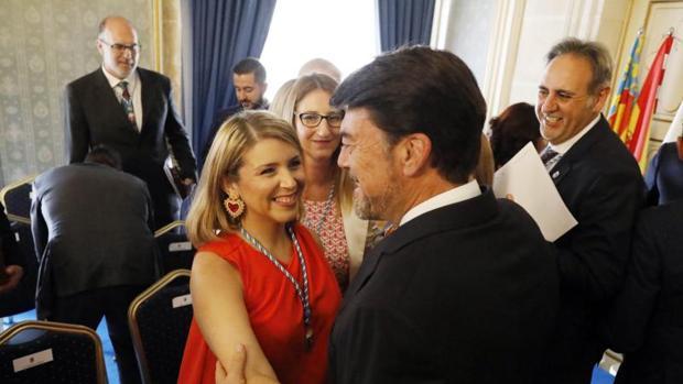 La líder de Ciudadanos en Alicante, Mari Carmen Sánchez, felicita al alcalde, Luis Barcala, tras su investidura este sábado