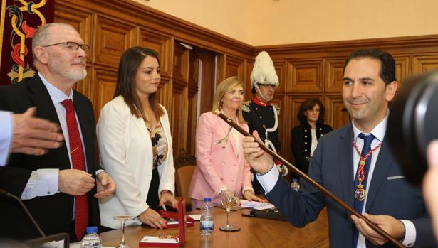 MaríoSimón recibe el bastón de mando como nuevo alcalde de Palencia