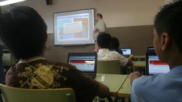 Alumnos ante sus ordenadores en el aula de una escuela barcelonesa