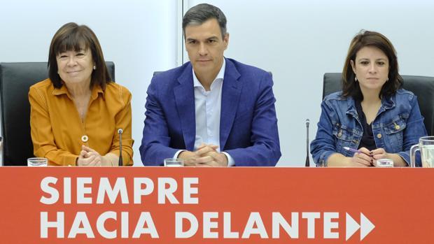 Pedro Sánchez, junto a Cristina Narbona y Adriana Lastra