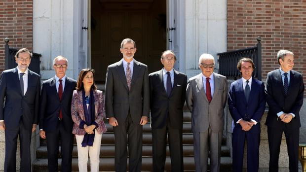 El Rey con Rajoy, Guirao, Robles, Lamo de Espinosa, González, Aznar y Rodríguez Zapatero, ayer en el Palacio de la Quinta de El Pardo