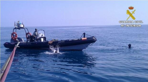 Imagen del equipo de rescate de la Guardia Civil en Oliva, donde han hallado al fallecido