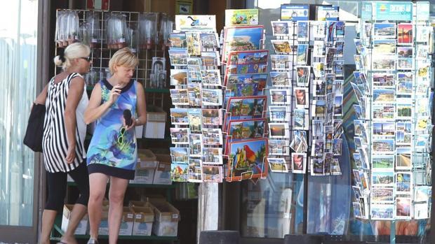 Imagen de una tienda de «souvenirs» en Barcelona