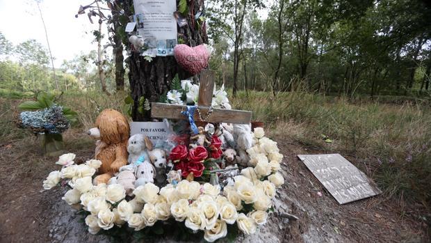 Flores, peluches y muchos mensajes en la cuneta donde apareció Asunta