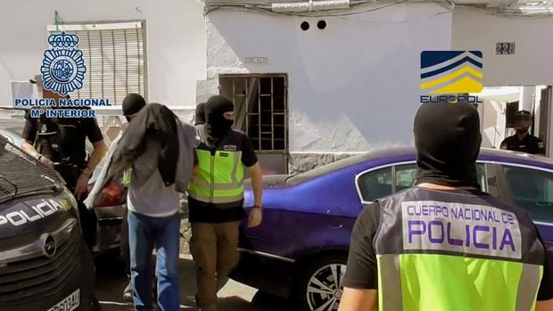 Imagen de la detención del individuo, de 51 años, por parte de la Policía Nacional ayer en Algeciras