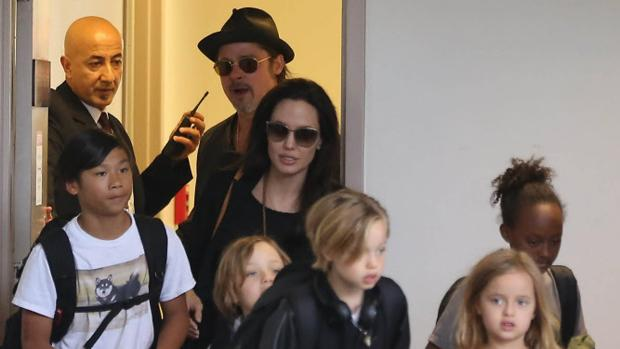 Brad Pitt y Angelina Jolie junto a sus hijos
