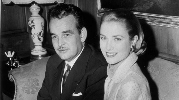 Grace Kelly y Rainiero de Mónaco en su fiesta de compromiso en Nueva York