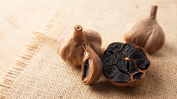 El ajo negro es más oscuro y más dulce que el tradicional.