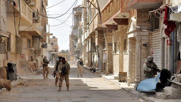 Soldados fieles a Al Assad patrullan por las calles de Palmira tras reconquistarla
