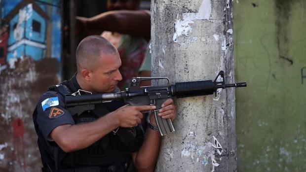 Un miembro de la Policía Militar en una favela de Río de Janeiro