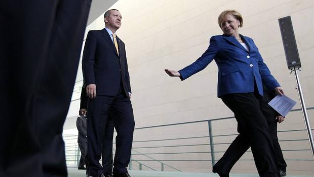 El presidente de Turquía, Erdogan, junto a la canciller de Alemania, Merkel