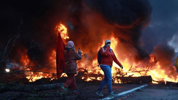 Algunos manifestantes bloquean una autopista durante las protestas contra Temer