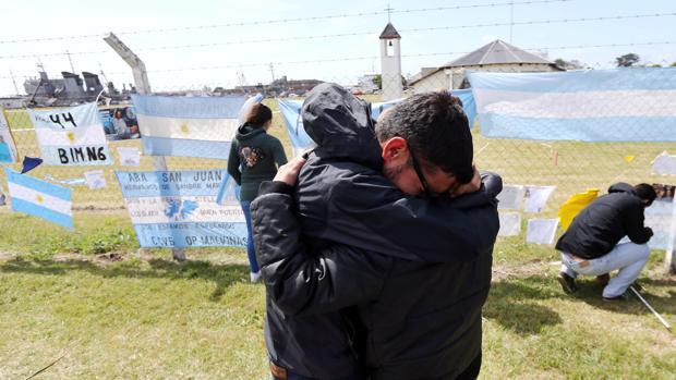 Familiares y amigos de uno de los tripulantes, Alejandro Damián Tagliapietra, en el exterior de la base naval