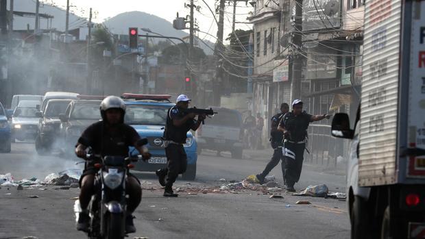 Miembros de la Policía Militar desbloquean una calle durante un operativo contra los narcos