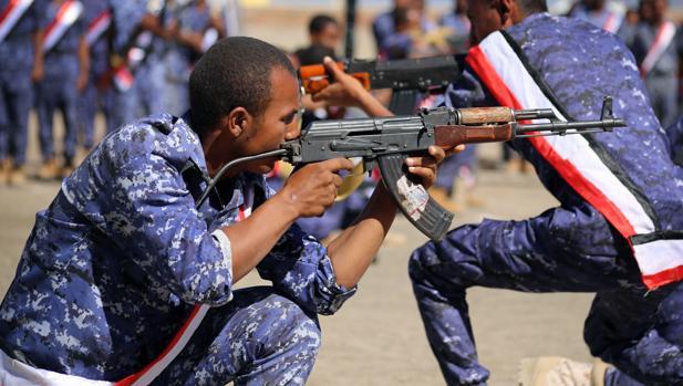 Un soldado yemení leal al gobierno respaldado por Riad, durante una ceremonia de graduación
