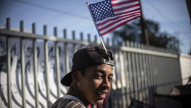 Un centroamericano, frente a la frontera entre México y EE.UU. a la espera de alcanzar una vida mejor