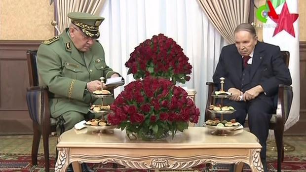 El jefe del Ejército argelino juntoal presidente Bouteflika