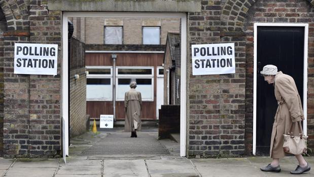 Dos mujeres acuden a votar en un centro electoral durante el referéndum sobre el Brexit de 2016