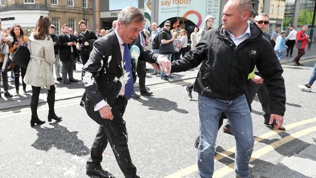 Lanzan un batido a Farage en Newcastle