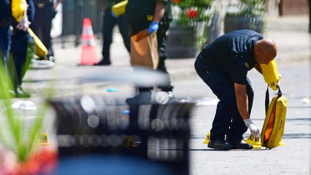 Un policía, en la zona del crimen